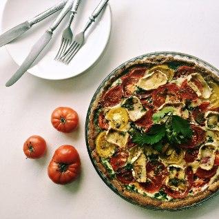 Mahlane ja maitsev õhtusöögiidee: <font color=&quot;#d30008&quot;>tomati-kitsejuustupiruka</font>s