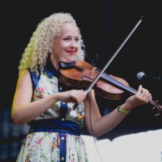 """Kuula Curly Stringsi hittlaulu """"Kauges külas"""" vene keeles"""