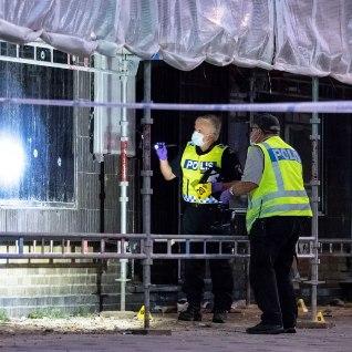 Malmös tapeti kohviku ees automaadivalanguga kolm inimest