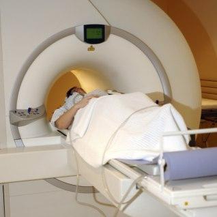 Tartu ülikooli kliinikum unustas patsiendi tundideks MRT-masinasse ja vaikis juhtunu maha