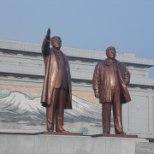 Põhja-Korea lood, 4. osa: armsate juhtide ees peab kummardama