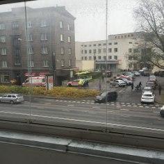 В понедельник около 13 часов в полицию поступило сообщение о том, что по улице Рави в центре Таллинна разгуливает мужчина в маске, у которого в руках молоток.