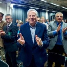 В отличие от Эдгара Сависаара, вице-мэр Таллинна Арво Сарапуу удалось избежать уголовного разбирательства по делу о плакате на стадионе Хийу, пишет еженедельник Eesti Ekspress.