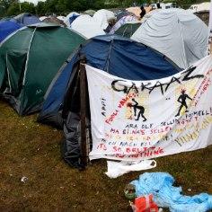Несмотря на заморозки, некоторые бездомные предпочитают ночевать в палатках, а не в ночлежках. Вокруг таких лагерей образуется много мусора, поэтому Муниципальная полиция (МуПо) разгоняет асоциалов. Однако эти люди зачастую возвращаются с палатками на прежние места.