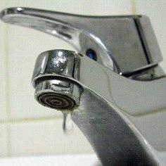 В Эстонии в домах без водопровода живут 8000 человек. Половина таких квартир находится в поселках городского типа и половина — в сельской местности.