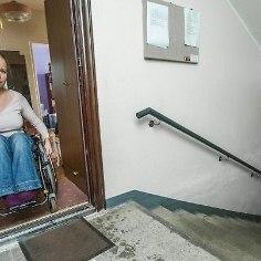 Несмотря на реформу труда, призванную облегчить людям с ограниченными способностями поиски работы, молодая женщина с высшим образованием вынуждена отказываться от предложений, поскольку просто не может на своей инвалидной коляске выйти из дома, пишет Eesti Päevaeht.