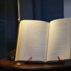 Lihtsa nipiga valmiv raamatualus töötab sisustuselemendina, aitab hoida juturaamatu järge ning on mugav abimees, kui vaja, et retsept oleks õige koha pealt lahti.