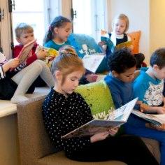 """Täna, 20. oktoobril tähistatakse Eestis ettelugemise päeva, mil tuletatakse kõigile meelde, kui tore on ette lugeda, lugemist kuulata ning kui oluline on ettelugemine lastele. Laupäeval toimub vabariikliku laste ettelugemisvõistluse """"Kõik on kõige targemad"""" finaal."""
