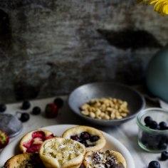 Selles retseptis läheb pannkoogitainas hoopis muffinivormi, kus küpseb mahlaseks ja pontsakaks. Neid kooke kroonivad sööja lemmiklisandid, nii on igaühel ise nägu ja maitse. Kata muffinid sefiiripuru, lemmikkommide, maasika- ja banaaniviilude, pähklipuru või mõne muu meelepärase maiusega!