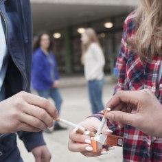 Напрошлой неделе девушка, которая явно является несовершеннолетней, попросила через социальные сети купить ейалкоголь, и желающих это сделать нашлось довольно много.