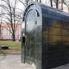 """Когда 16 января 2002 года на Тоомпеа был открыл """"золотой туалет"""", только ленивый не высказался на этот счет, преимущественно в негативном ключе."""