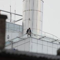 В центре Таллинна на краю крыши отеля Radisson сидел молодой человек. На месте находилась полиция и спасатели. Мотивы мужчины пока неизвестны.