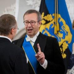 Данные о кредитных картах бывшего президента Эстонии Тоомаса Хендрика Ильвеса показывают, что как минимум два раза деньги с них были потрачены в Германии и в Латвии. Однако визиты президента в то время в те страны объявлены не были.