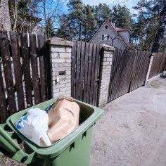 """""""Извините, но у меня уже начинает лопаться терпение на этот бред"""", — пишет житель Нымме, биоотходы которого не вывозятся уже неделями. В предыдущие три раза Таллиннснкий центр отходов прислал ему ответ, в котором благодарит за обращение и обещает вывезти отходы. Жалующиеся жители Нымме есть еще, пишет <a href=""""http://rahvahaal.delfi.ee/news/uudised/nomme-elanike-prugisaaga-elanikud-nuruvad-prugivedu-telefoni-teel-varesed-lagastavad-umbrust-ning-prugihais-lammatab-koridoris?id=78267972"""">Rahva hääl.</a>"""