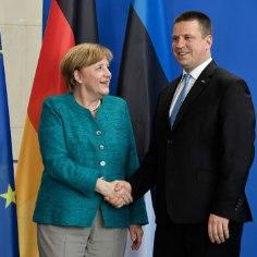 Вчера в рамках председательства Эстонии вЕвросоюзепремьер-министрЮри Ратасприлетел в Берлин на встречу с канцлером ГерманииАнгелой Меркель, чтобы обсудить вопросы, которые необходимо решить в самое ближайшее время на общеевропейском уровне.