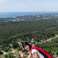 «Kõik on fantastiline!» hüüatab Triinu Tamm, niipea kui jalad maad puudutavad. Äsja teletornist alla hüpanud ekstreemsportlane on Eesti ainus naine, kes harrastab BASE-hüppeid. Rotermanni kvartalit arendavale ehitusinsenerile on see elustiil – kuni laste saamiseni.