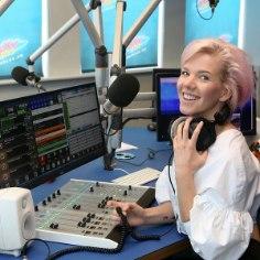 Kunstnikuhingega Aili Stůre on värvikas noor daam, kes ääremaalt lendu tõusnuna tegi tiiru Soomes ja Londonis ning naudib nüüd oma tööd raadio Sky Plus saatejuhina. «Ma pole kunagi tahtnud olla hall mass,» tunnistab ta ise.