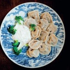Eestlased söövad aastas ligi 2,3 miljonit kilo pelmeene! Siin on retsept, kuidas neid kolmel viisil (lihatäidis, aasiapärane köögiviljatäidis, spinati-juustutäidis) ise valmistada.
