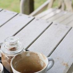 Kas tassid on ka pärast pesemist justkui määrdunud? Siin on hea kodune võte, kuidas tugevatest tee- ja kohviplekkidest lahti saada.
