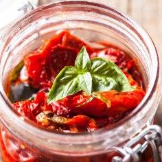 Omaaia tomatitele pole vastast! Need on alati magusad ja tummised. Kui erinevad hoidised on valmis, aga vilju onveel alles, siis kuivata need ära ja pista purki!
