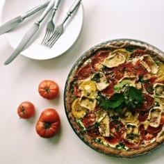 Sinu ees on üks lihtne argiõhtu pirukas, kus tomatile on seltsiks kitsejuust. Retsepti jagab heade maitsete blogi .jazzino..