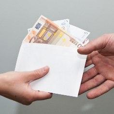 """Работникам не очень нравится план Налогового-таможенного департамента начать наказывать (предъявлять требования по уплате налогов) за получение неофициальной зарплаты не только работодателей, но и самих получателей """"конвертов"""". Несмотря на то, что по закону это можно делать и сейчас, пока требования предъявляются лишь работодателям, пишет <a href=""""http://epl.delfi.ee/"""" target=""""_blank"""">Eesti Päevaleht.</a>"""