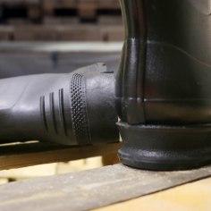 Märg sügis, lörtsine talv, niiske kevad ja vihmane suvi on õpetanud eestlastele seda, et veekindlad riided ja jalanõud peavad riidekapis alati kasutusvalmis olema. Enne kummikute ostu tasub end kurssi viia, kuidas eristada kummikulaadset toodet ehtsast – looduslikust kummist valmistatud veekindlatest kvaliteetsaabastest.