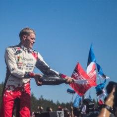 Täna tähistab oma sünnipäeva rallisõitja Ott Tänak. WRC-sarjas kihutav31aastane saarlane on praeguseks võitnud iga Eesti spordisõbra südame. 2011. aastal autoralli MM-sarjas debüteerinud Tänakul on praeguseks ette näidata kuus rallivõitu. Palju õnne!