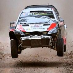 Toyota rallisõitja Ott Tänak lõpetas Austraalias WRC-sarja viimase etapi avapäeva viiendal kohal. Konkurentidest on Sebastien Ogier seitsmes ning rehvi lõhkunud Thierry Neuville kümnes.