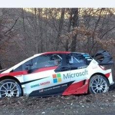 Toyota rallipiloot Jari-Matti Latvala tegineljapäeval nii karmi avarii, etpidi testipäeva enneaegselt lõppenuks kuulutama. Reedel istus ta uuesti autosse, kuid sõitis taas teelt välja vastu puud. Kui avapäeval sai kaarti lugenud Juho Hänninen kergelt vigastada, siis eilne mõlkimine möödus tervisekahjustusteta.