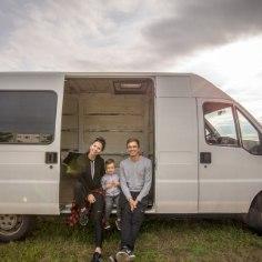 Läinud aasta hilisel oktoobriõhtul pakkis üks kolmeliikmeline Pärnu pere oma elamise kaubikusse ja lõi masinale hääled sisse, et järgmised kümme kuud ratastel veeta.