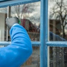 Kevadise suurpuhastuse ajal on vaja ka aknad puhtaks pesta. Kuidas seda teha ilma keemiat kasutamata? Jagame sulle häid nippe!