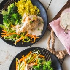 Krõbe mandlikate, kana ja kurkumriis maitsevad koos imehästi. Voki kõrvale köögivilju, ja ongi täisväärtuslik õhtusöök valmis. Retseptist jagub neljale ja aega võtab vaid tunnikese!