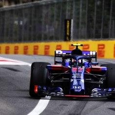 """Toro Rosso vormel-1 meeskond elas Aserbaidžaani etapi kvalifikatsioonis üle hirmuäratava hetke, kui austraalane Brendon Hartley jäi ette kiirel ringil olnud meeskonnakaaslasele Pierre Gaslyle.Katastroofist päästis ainult prantslase imeline reaktsioon. Mõistetavalt oli Gasly pärast intsidenti vihane, küsides meeskonnalt otse: """"Mida kuradit!?""""""""Andke mulle andeks, ma üritasin talt tee pealt eest tulla, kuid oli juba liiga hilja ja pöörasin valele poole. Tunnen ennast päris lollina,"""" lausus austraalane olukorda meeskonnale selgitades.Kuigi avariist Toro Rosso mehed pääsesid, polnud neil päeva lõpuks hõiskamiseks põhjust, sest homsele võiduajamisele stardivad nad vastavalt 17. ning 19. positsioonilt."""