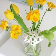 Selleks, et ka üksik lill vaasis ilusti püsti seisaks meisterda vaasile nutikas lisa. Erinevas suuruses aukudega vaasi peale käiv kaas näeb ka väga stiilne välja.