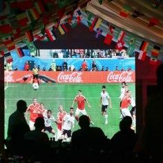 Jalgpalli saab vaadata igalt poolt - alustades mobiiliekraanist, lõpetades kinolinal. Viimasest on ilmselt kõige mõnusam.