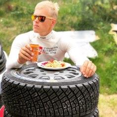 """26. juulil algavaks Soome ralliks valmistuv Ott Tänak leidis testikatsete ajal veidi aega, et sotsiaalmeedias väike vimka visata.Toyota ralliäss postitas Twitterisse pildi, kuidas tanaudib lõunasööki rehvi pealt.""""Nelja tärni Michelini restoran testimise ajal? Pole probleemi!"""" kirjutas ta."""