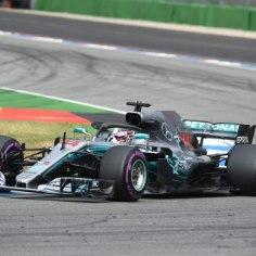 2018. aasta 11. F1 etapp Saksamaal Hockenheimis pakkus tõelise põnevusetenduse. Parimalt stardipositsioonilt sairajale kodurajal kihutanud Sebastian Vettel, kes pikalt liidrikohta hoidis, kuid siis seina põrutas. Alles 14. kohalt startinud Lewis Hamilton tegi taktikaliselt hiilgava esituse ning napsas suure konkurendi koduõuel ülimagusa võidu. Teise-kolmanda koha jagasid soomlased Valtteri Bottas ja Kimi Räikkönen. Vaata intrigeeriva võistluse käiku allolevast blogist!