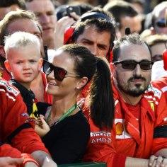 Legendaarset Kimi Räikköneni tunneb terve maailm Jäämehe nime all. Tundub, et ka tema poeg Robin on iseloomu poolest isasse! Vähemalt selline mulje jääb F1 poolt Instagrami postitatud videost, kus ema Minttu tantsu lööb, kuid Robin üldse vedu ei võta.
