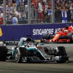 Vormel 1 sari jätkus Singapuris Marina Bay tänavaringrajal. Parima lähtekohalt rajale pääsenud Lewis Hamilton (Mercedes) ei andnud oma kohta käest ning kindlustas üldarvestuses liidrikohta veelgi. Briti suurim konkurent Sebastian Vettel (Ferrari) panin taktikaga veidi puusse ning pidi leppima kolmanda kohaga. Nende vahele mahtus veel Max Verstappen (Red Bull). Vaata võistluse käiku allolevast blogist!