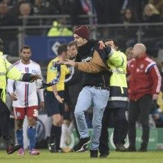 VIDEO: väljakule tormanud Hamburgi fänn ründas Franck Ribery'd