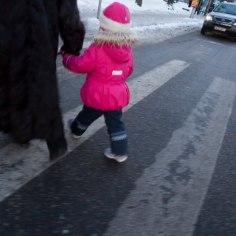 Tallinnas sõideti ülekäigurajal otsa naisele ja väiksele lapsele