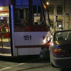 FOTOD   Tramm rammis autot, sest lärmav jõuk hõivas trammijuhi tähelepanu