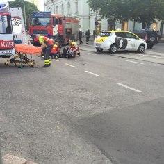 FOTOD | Tallinnas draamateatri juures põrkasid kokku takso ja mootorratas
