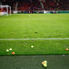 OMAPÄRANE VIDEO | Dortmundi fännid viskasid protesti märgiks sadu tennisepalle vutimurule