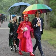 <font color=&quot;#d30008&quot;>GALERII   TOP 10: </font>kummikud, mantlid ja vihmavarjud ehk roosiaia vastuvõtu säravai