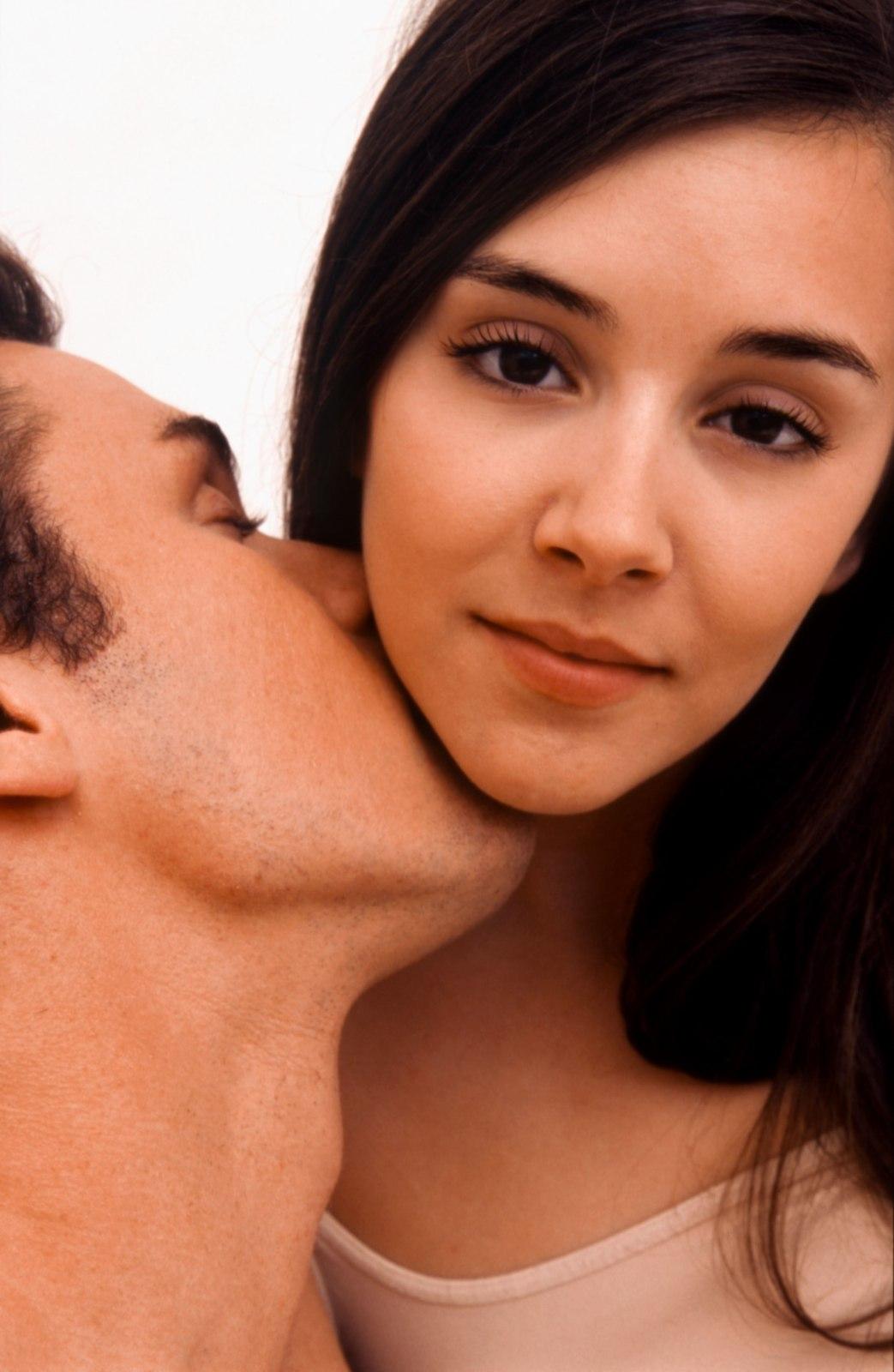 Девушка целует мужчину в шею фото