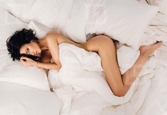 Девушка прикрывается подушкой