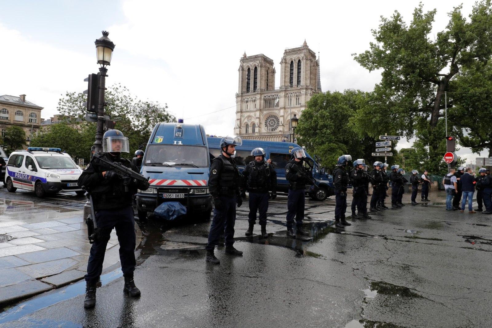 c4e29d8240b Notre Dame'i kiriku juures tulistas politsei neid haamriga ähvardanud meest  | Õhtuleht