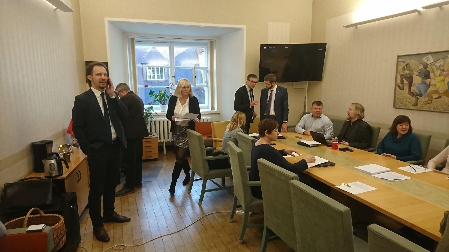 gallery-image-VIDEO JA GALERII | Sotsid arutasid koosolekul, kas viia rändeleppe küsimus riigikokku
